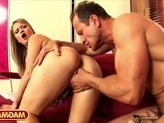 Жопастая жёнушка развлекается пока муж на работе